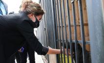 Депутаты мажилиса посетили изолятор для животных