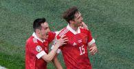 Игроки сборной России Вячеслав Караваев и Алексей Миранчук