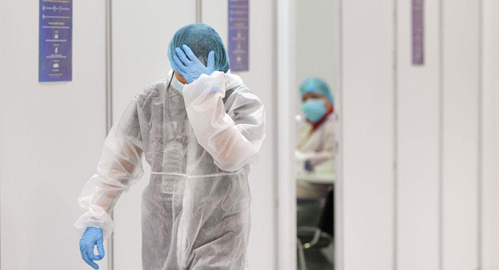 Врач в защитном костюме выходит после смены в больнице с коронавирусом