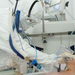 Врач с пациентом в палате реанимации в больнице с коронавирусом