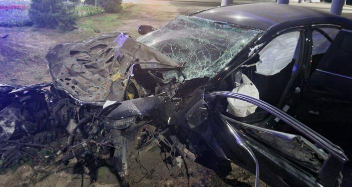 ДТП в Алматы: передняя часть автомобиля превратилась в лохмотья