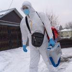 Медик в защитном костюме идет навестить пациента с коронавирусом на дому