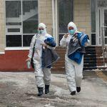 Медики в защитных костюмах идут на вызов