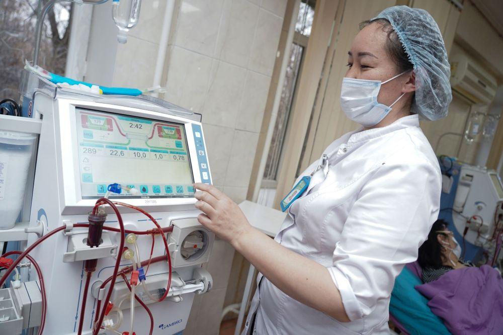 Медик работает с аппаратурой по переливанию крови