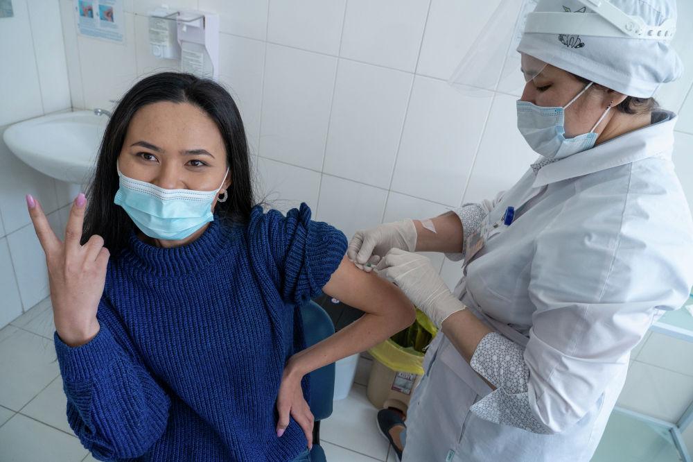 Медик делает прививку от коронавируса