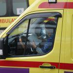 Водитель скорой помощи делает записи в перерывах между выездами