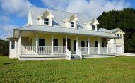 Частный дом на участке земли, иллюстративное фото