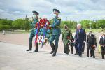 В 80-ю годовщину начала Великой Отечественной войны Чрезвычайный и Уполномоченный посол России в Казахстане Алексей Бородавкин возложил цветы к Монументу защитников отечества в Нур-Султане