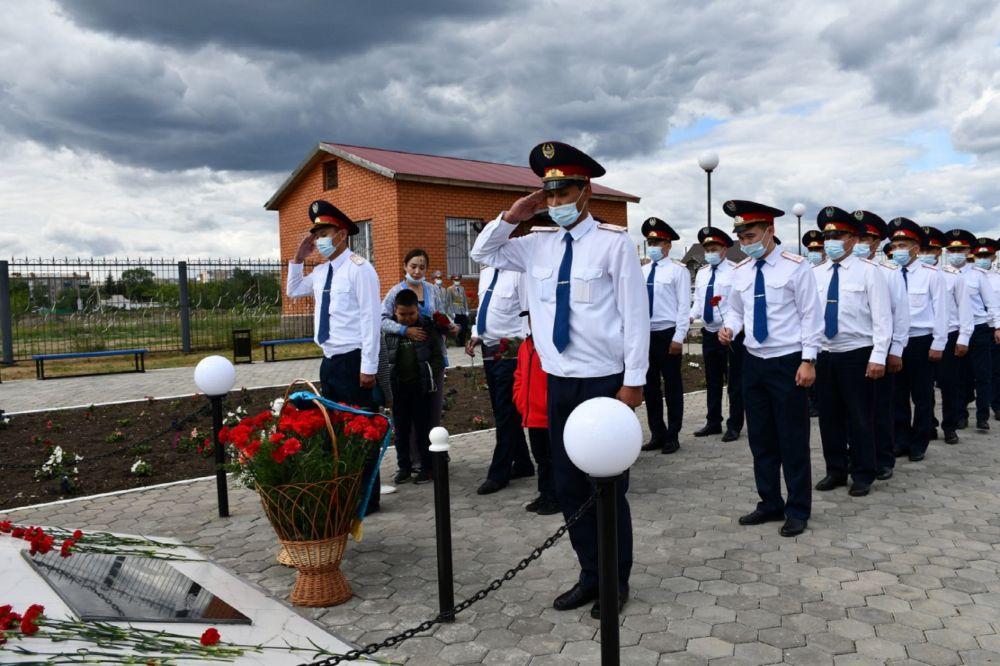Собравшиеся полицейские почтили память погибших коллег минутой молчания