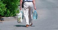 Мужчина с бутылками питьевой воды