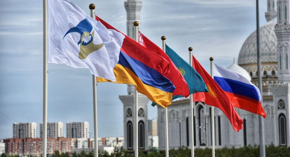 Флаги Казахстана, Армении, России, Киргизии, Белоруссии, а также с символикой Евразийского экономического союза (ЕАЭС). В Нур-Султане