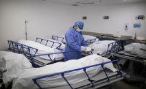 Сотрудник морга готовит документы на отправку тел погибших от коронавируса