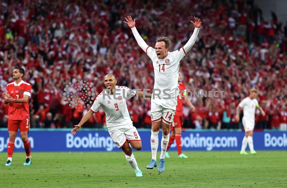 Датчанин Миккель Дамсгор празднует свой первый гол в матче с Россией на Евро-2020.