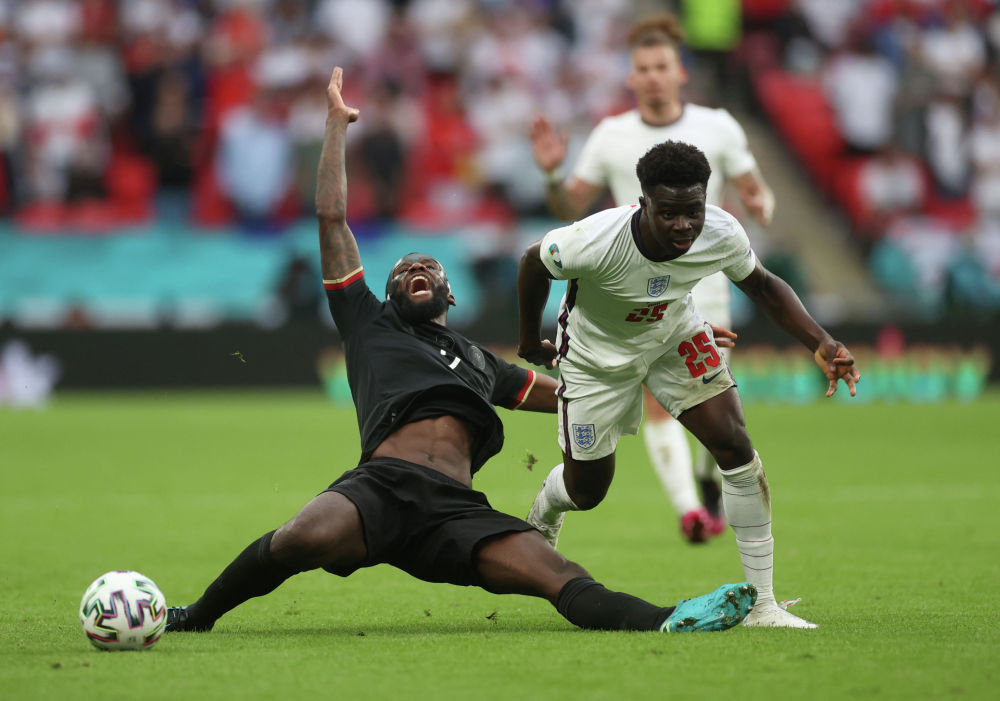 Ағылшын футболшысы Букайо Сака Германия спортшысы Антонио Рудигермен Еуро 2020 аясындағы 1/8 финалда допқа таласуда.