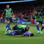Футбол Футбол - Евро-2020 - 1/8 финала - Италия - Австрия - Стадион Уэмбли, Лондон, Великобритания - 26 июня 2021 года Маттео Пессина из Италии празднует свой второй гол с товарищами по команде через REUTERS / Carl Recine