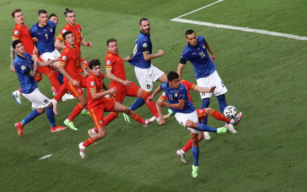 Италиялық футболшы Маттео Пессина Уэльс пен Италия арасындағы ойында бірінші голды соғуда