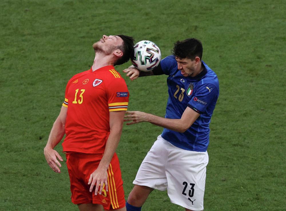 Италия - Уэльс кездесуі кезіндегі футболшылар Алессандро Бастони мен Киффер Мур.
