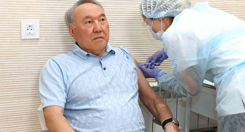 Первый президент Казахстана - Елбасы Назарбаев получил первый компонент вакцины Спутник V