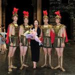 Қоюшы балетмейстер Гүлжан Тұтқыбаева әртістермен бірге.