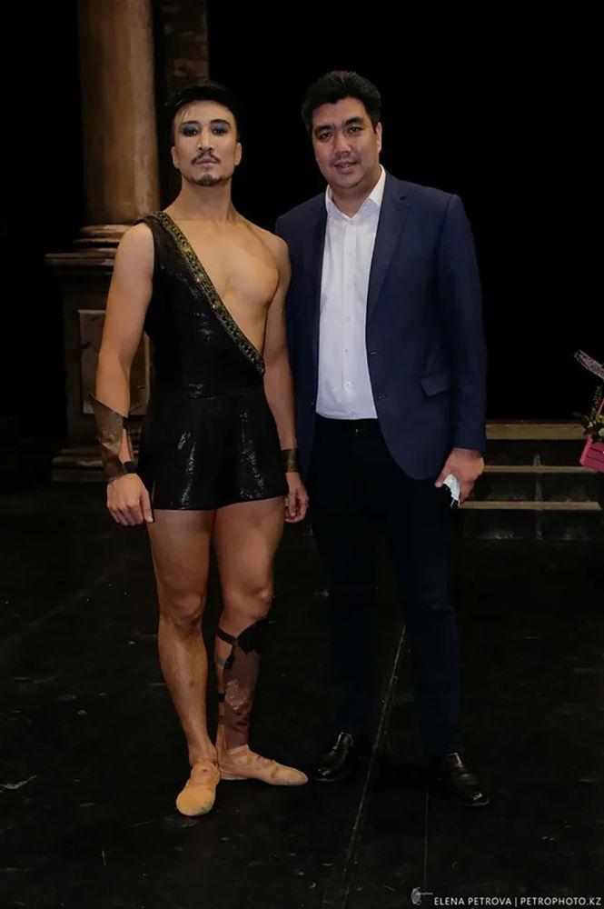 Директордың міндетін атқарушы Таир Қаратаев және балет әртісі Архат Әшірбек.
