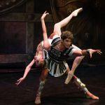 Спартак ерлер балеті деп саналғанына қарамастан, көп көрініс әсем әрі әсерлі лирикаға толы.