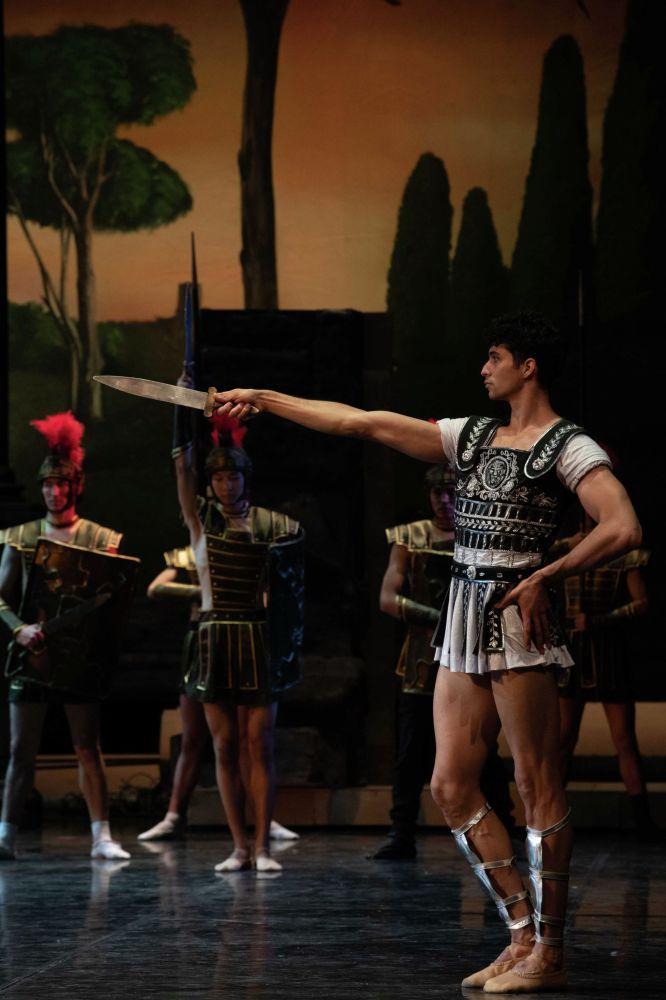 Елу жыл бұрынғы премьерада Красс рөлін сомдаған ҚазКСР еңбек сіңірген әртісі Эдуард Мальбеков биылғы дайындыққа қатысты.
