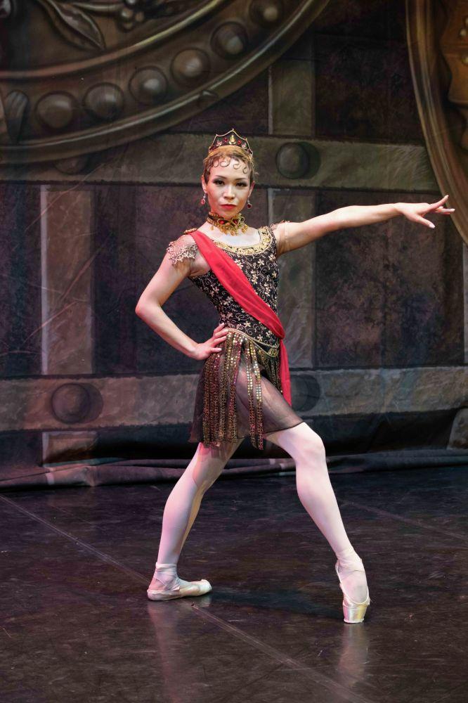 Вячеслав Окуневтің эскиздері бойынша театрдың тігін цехы спектакль үшін 300-ден астам костюм тікті.