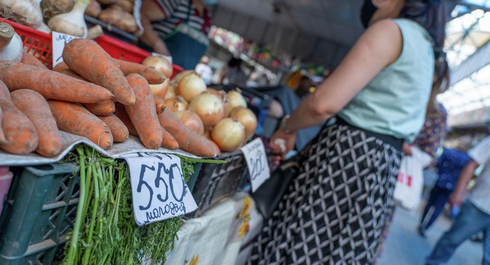 Овощи на рынке. Морковь с ценником