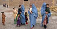 Члены афганской семьи внутренне перемещенных лиц, которые покинули свой дом во время продолжающегося конфликта между Талибаном и афганскими силами безопасности