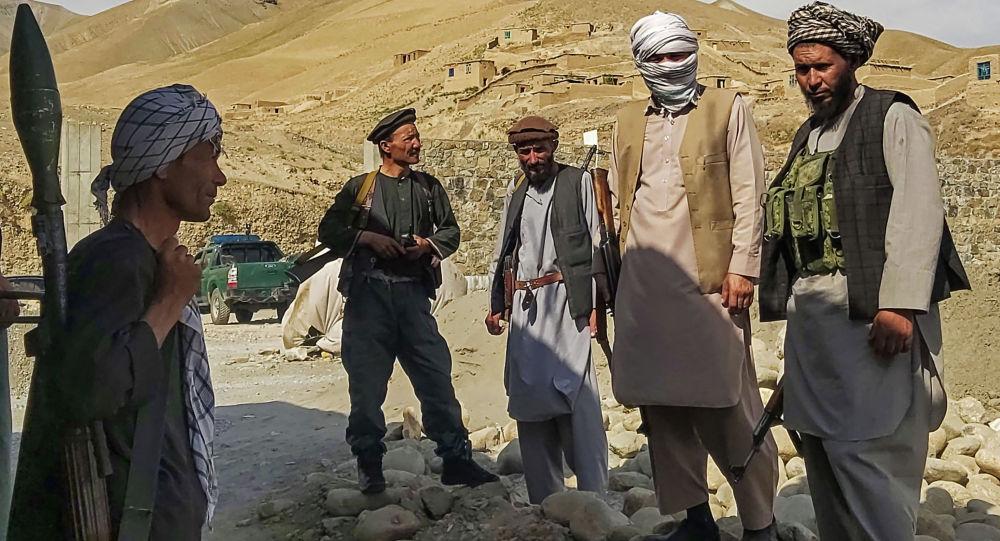 Афганские ополченцы охраняют заставу, патрулируя боевиков Талибана в районе Танге-Фархар в Талокане на севере провинции Тахар 6 июля 2021 года.
