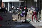 Демонстранты грабят магазины, поскольку протесты продолжаются после заключения в тюрьму бывшего президента ЮАР Джейкоба Зумы в Катлехонге, ЮАР