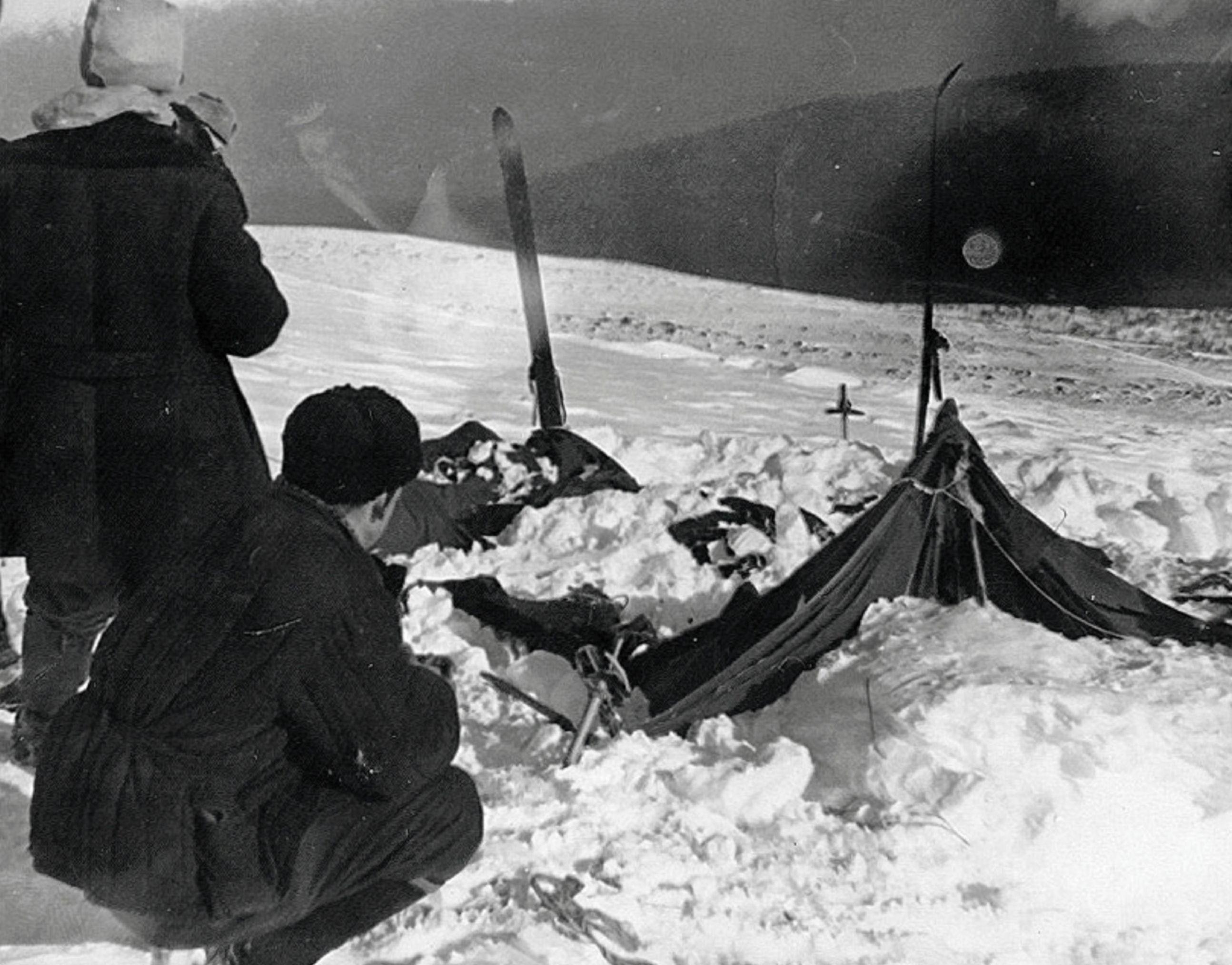 Частично раскопанная от снега палатка группы Дятлова