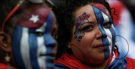Участники марша в поддержку протестов на Кубе, прошедшего в Нью-Джерси