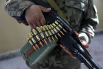 Автомат в руках афганского ополченца в Мазари-Шарифе