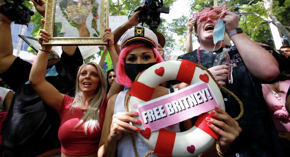 Фанаты Бритни Спирс вышли на митинг с требованием реформы системы опекунства