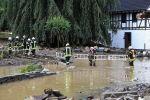 Пожарные работают в зоне, пострадавшей от наводнения после проливных дождей в Шульде, Германия , 15 июля 2021 года