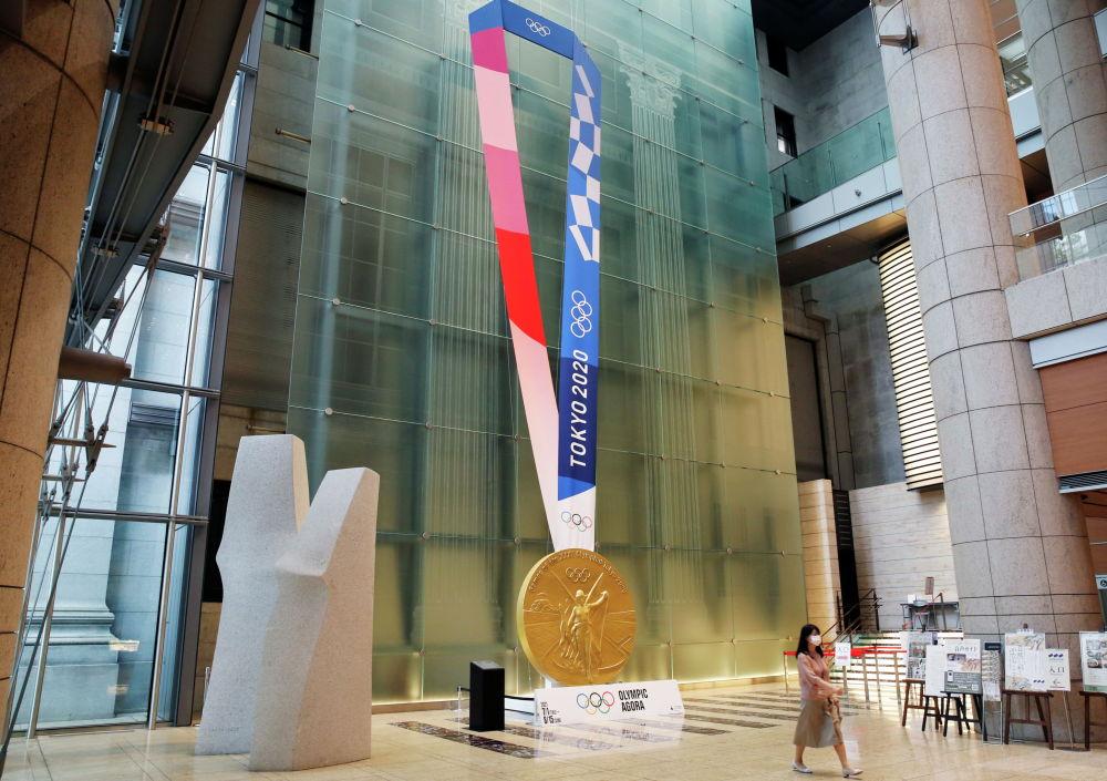 Гигантская инсталляция медали Олимпиады в Токио