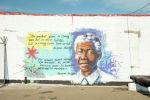 Граффити с высказываниями Нельсона Манделы на стенах колонии
