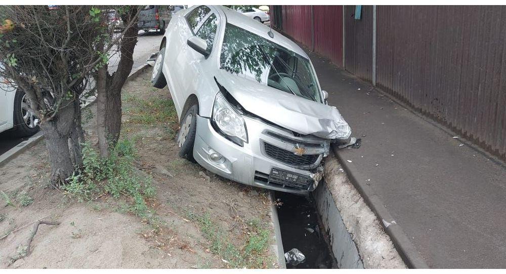 Автомобиль снес дорожный знак и снес бетонное ограждение