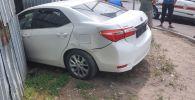 Одна из столкнувшихся машин влетела во двор частного дома на улице Тлендиева, проломив металлический забор