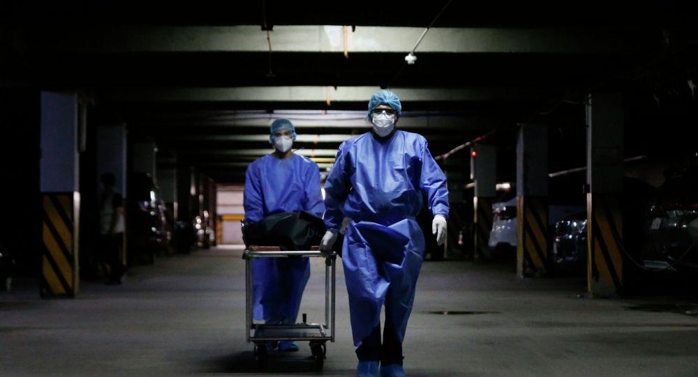 Медики везут тело погибшего от коронавируса в морг