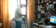 Пенсионер ведет видеоблог по физике