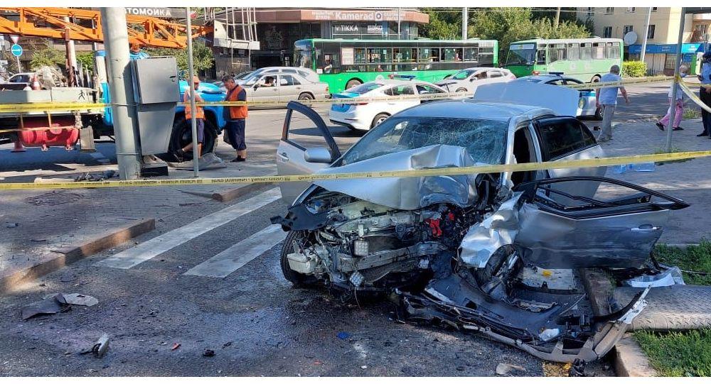 Водитель на большой скорости врезался в столб светофора и погиб
