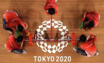 Технические сотрудники устанавливают дополнительные блины на штангу перед выступлением спортсмена на Олимпиаде