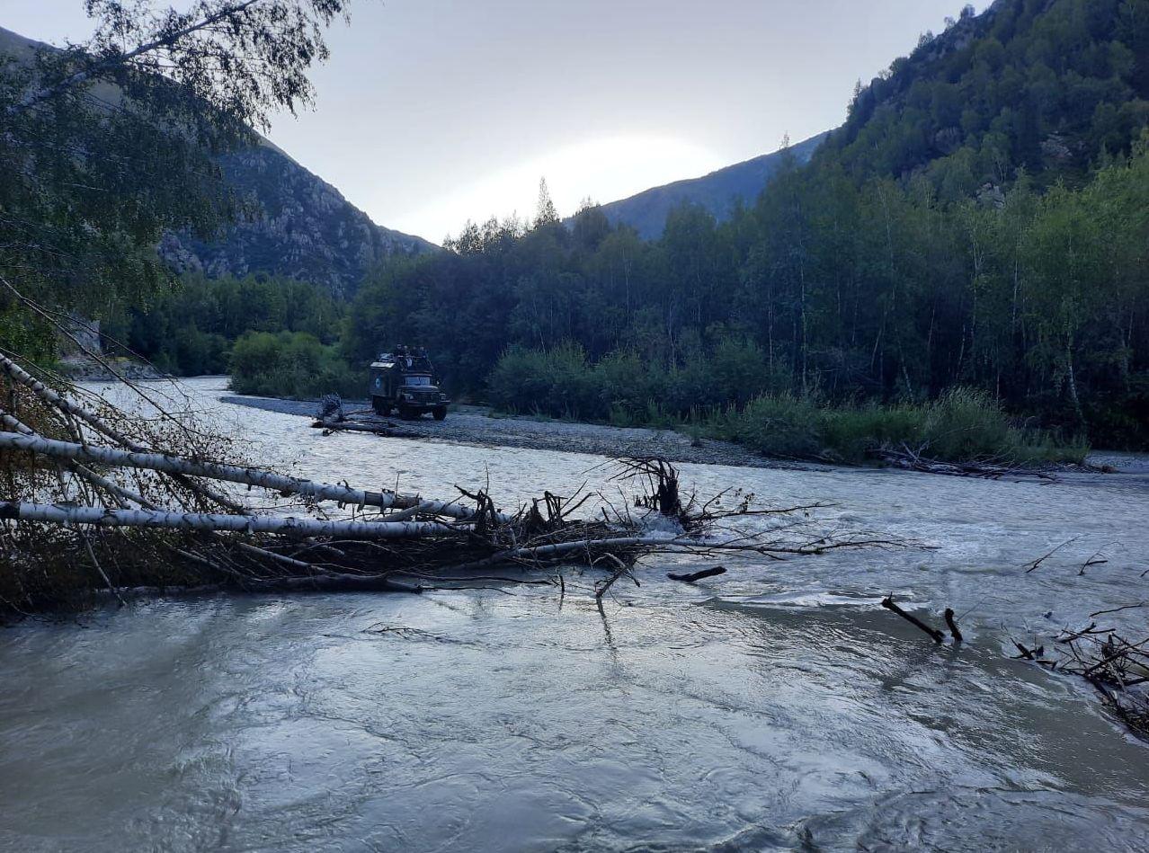 Туристы застряли на машине в полноводной горной реке в Алматинской области