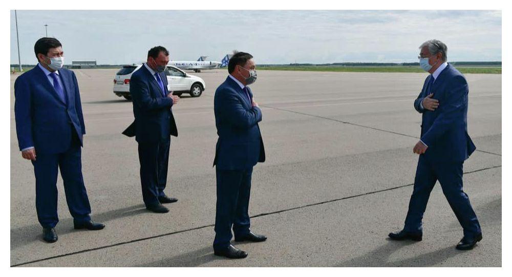 Касым-Жомарт Токаев прибыл в Кокшетау. Его встречает аким Акмолинской области Ермек Маржикпаев