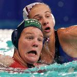 Ватерполистки Венгрии и России во время матча на Олимпиаде