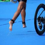 Участница олимпийских соревнований по триатлону буквально парит над землей, несмотря на дождь