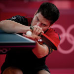 Немецкий теннисист Дмитрий Овчаров готовится к подаче на Олимпиаде