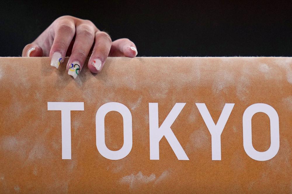 Гимнастка с олимпийским маникюром готовится к выступлению в Токио